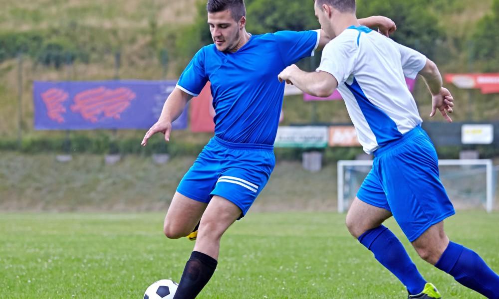 Ein Spiel voller Spaß und Leidenschaft: Fußball stellt mit abrupten Sprints und Richtungswechseln aber auch hohe Anforderungen an den Körper. Foto: djd/CH Alpha Sport/fotoinfot - Fotolia