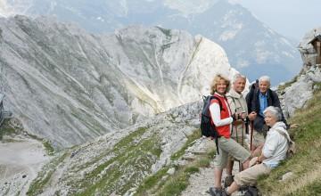 Um Unfälle im unwegsamen Gelände zu vermeiden, sollten Wanderfreunde die markierten Wege nicht verlassen. Foto: djd/doc Schmerzgel