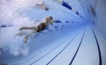 Ein Schwimmer beim Kraulschwimmen im Freibad